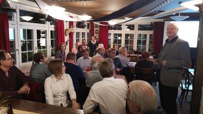 SVP-Kantonalpräsident Christoph Keller (rechts) begrüsst die Anwesenden zur Parteiversammlung im Restaurant Chuchichäschtli. (Bild: Martin Uebelhart, Hergiswil, 24. Oktober 2019)