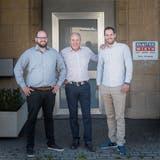 Matthias (links) und Stefan Wirth (rechts) leiten das Geschäft von Vater Notker Wirth. (Bild: Lisa Jenny)