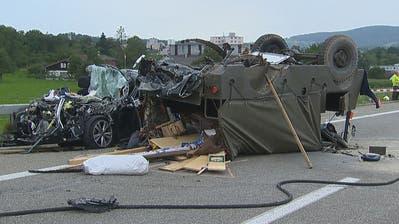 Ein Auto prallte in ein ehemaliges Militärfahrzeug auf dem Pannenstreifen. Zwei Personen verstarben noch auf der Unfallstelle. (Bild: BRK News, August 2019)
