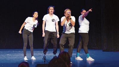 Die Zuger Theatergruppe «ab und zufällig» bezieht das junge Publikum mit ein. (Bild: Jan Pegoraro, Zug, 26. Oktober 2019)