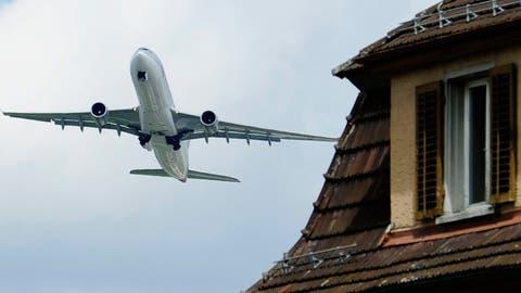 Ein Flugzeug hebt über Glattbrugg ab. (Bild: Steffen Schmidt/Keystone)