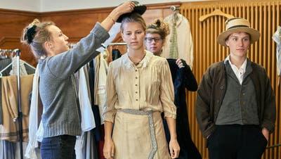 Laura Oertle (im Hintergrund) und Marisa Mayer (links) testen, welcher Hut zu Paula Kopp (Salome Haller) passt. (Bild: PD)