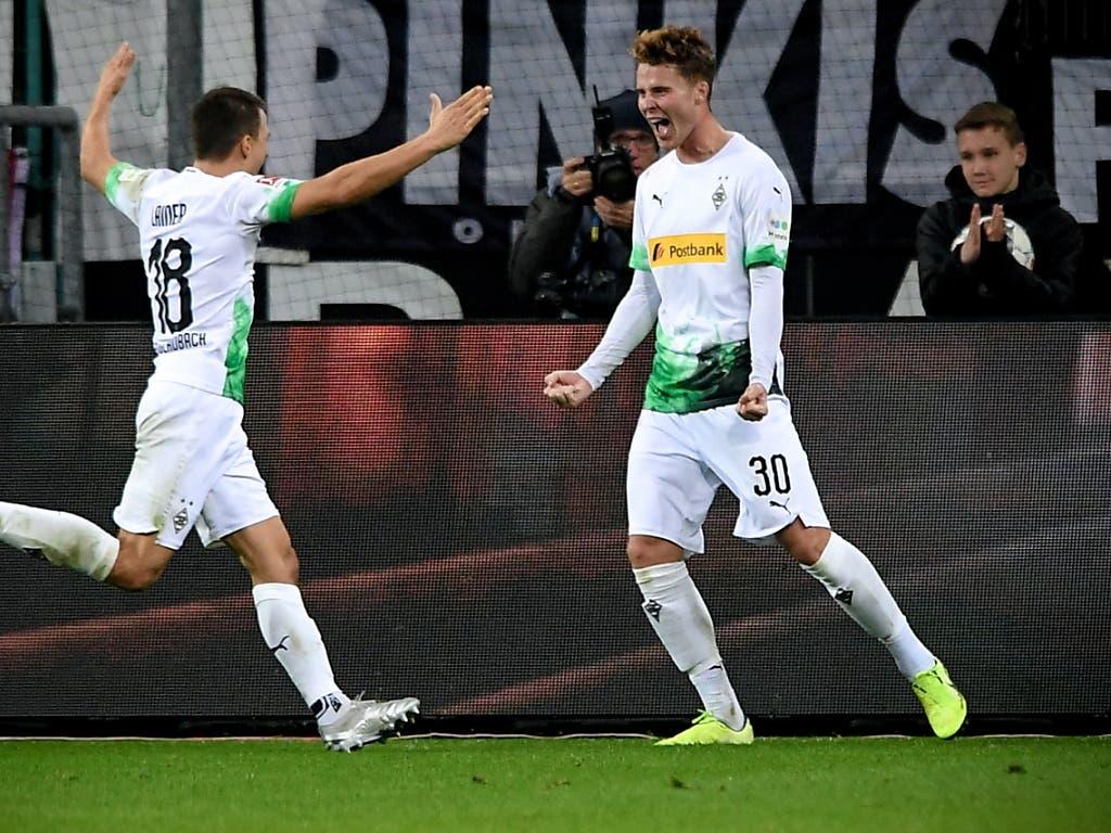 Nico Elvedi (rechts) bejubelt sein Tor zum 3:1 gegen Eintracht Frankfurt (Bild: KEYSTONE/EPA/SASCHA STEINBACH)