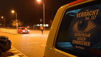 Gemeinsam gegen Einbrecher: Die Polizei kontrolliert Fahrzeuge. (Bild: Kantonspolizei Schwyz)