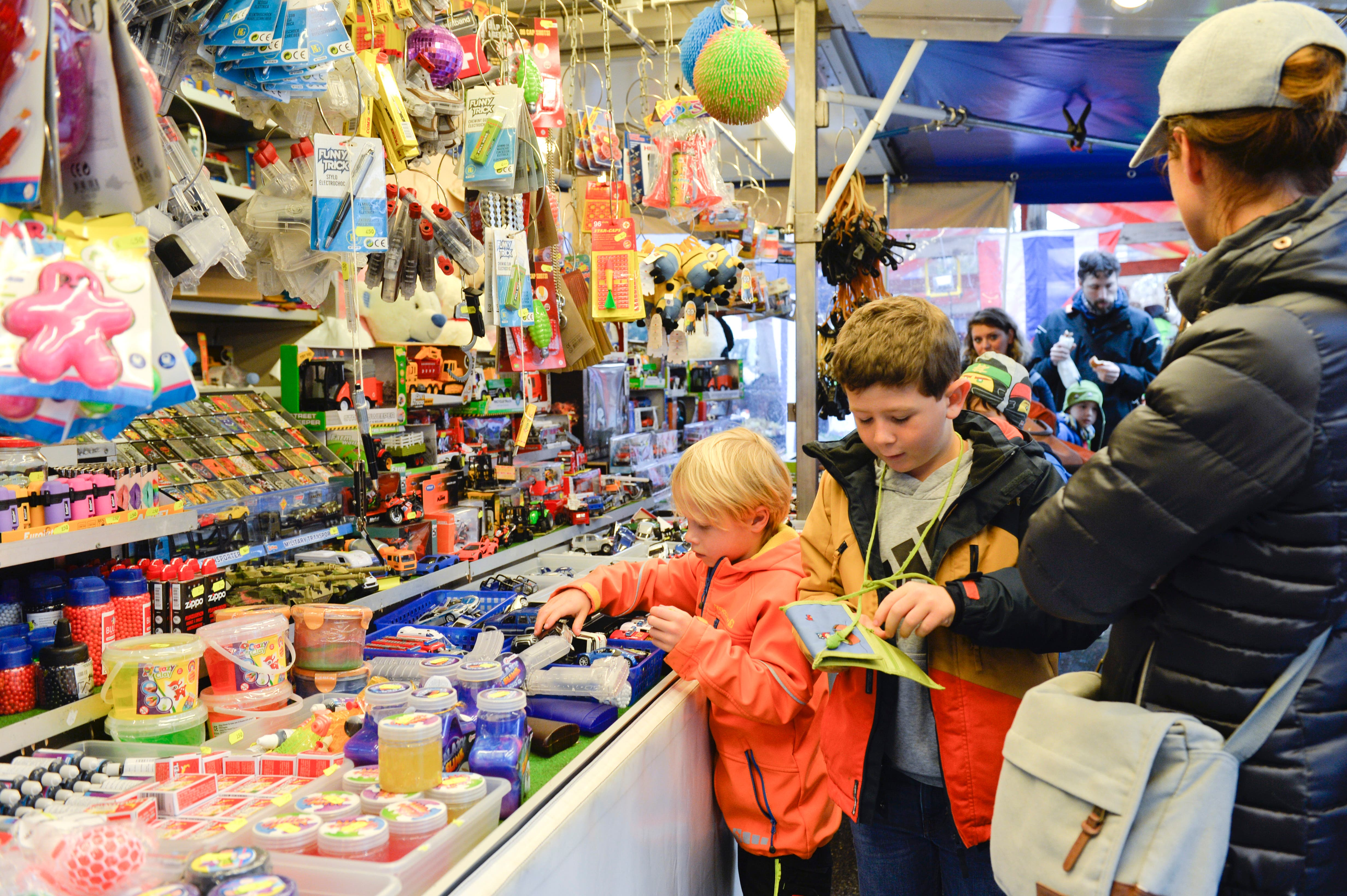 Trotz Regen gab es viele Besucher am Kreuzlinger Jahrmarkt. (Bild: Donato Caspari)