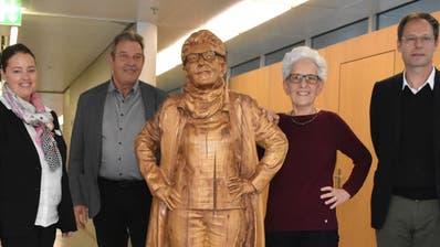 Sie haben der hölzernen Hildegard in Frauenfeld einen Empfang bereitet: Mario Läubli, Carmen Haag, Toni Horat, Hildegard Kissling, Erol Doguoglu und Paul Koch. (Bild: Thomas Güntert)