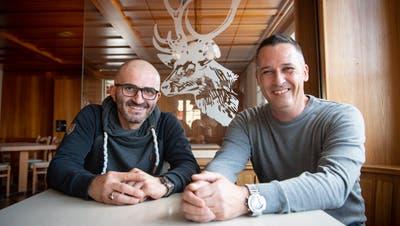 Koch Daniel Kaiser (links) und Wirt Peter Bommer freuen sich auf ihre Arbeit im «Hirschen» – und sind optimistisch. (Bild: Ralph Ribi (24. Oktober 2019))