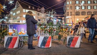 Am Weihnachtsmarkt auf dem Marktplatz schützen Betonelemente die Besucher. (Bild: Urs Bucher, 7. Dezember 2017)