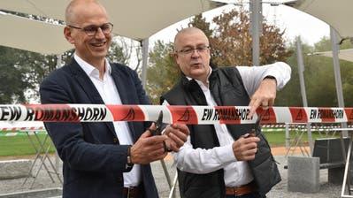 Gemeindeammann Martin Haas und EW-Präsident Jakob Küng eröffnen den Begegnungsplatz. (Bild: Eva Wenaweser)