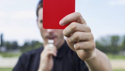 Der Schiedsrichter brach die 4.-Liga-Partie ab und zeigte zwei Mal die rote Karte. (Symbolbild: Imago)