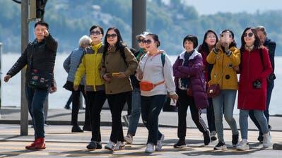 Asiatische Touristen dominieren zeitweise das Bild in der Luzerner Innenstadt. (Bild: Eveline Beerkircher, Luzern, 2. Mai 2019)
