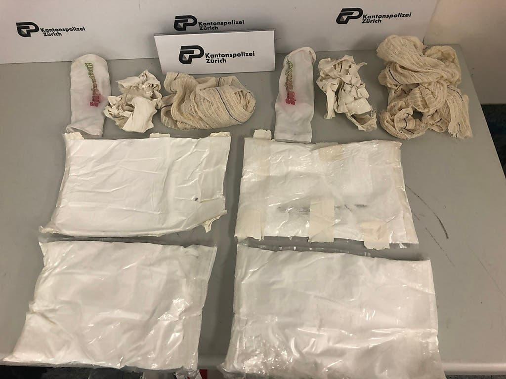 Den handelsüblichen Wert der beschlagnahmten Drogen beziffert ein Sprecher der Kantonspolizei Zürich auf rund eine halbe Million Franken. (Bild: Kapo Zürich)