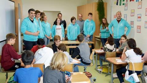 Projektleiter Michele Salvatore (links) stellt sich und die Coaches den Primarschulkindern vor. (Bild: Mario Testa)