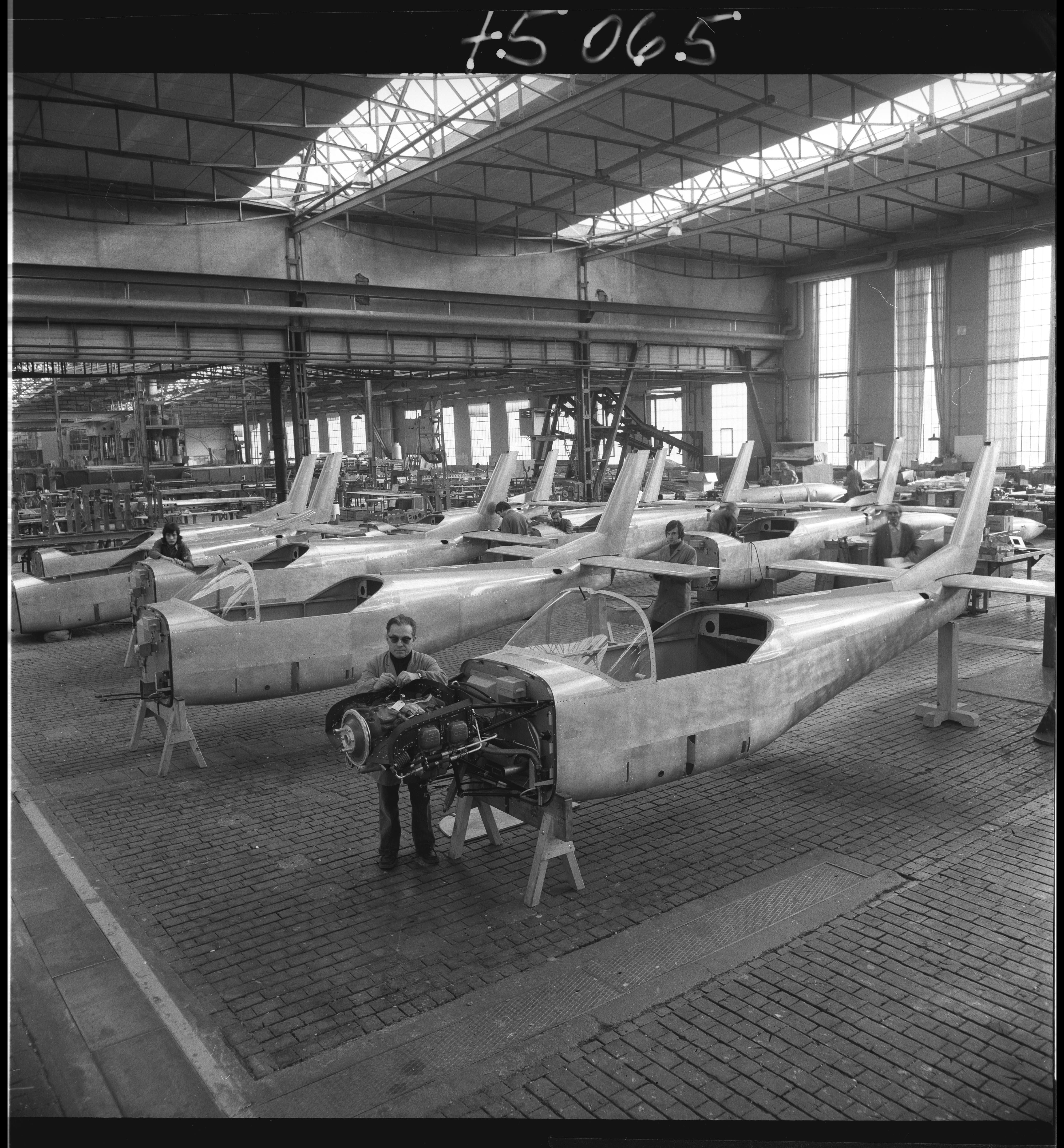 Endmontage des Trainingsflugzeugs AS 202 Bravo, 1975. (Bild: Staatsarchiv St.Gallen, W 241/5-075065)