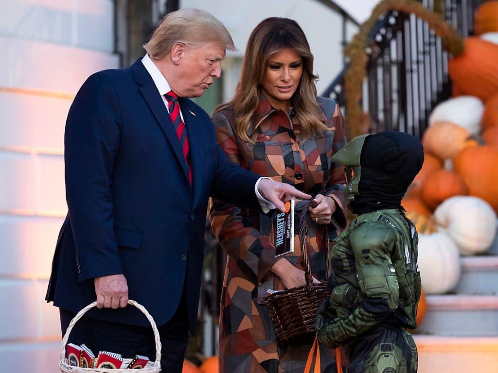 Präsidiales Halloween: US-Präsident Donald Trump und seine Frau Melania haben am Montag im Weissen Haus viel Süsses an verkleidete Kinder verteilt. (Bild: KEYSTONE/EPA/MICHAEL REYNOLDS)