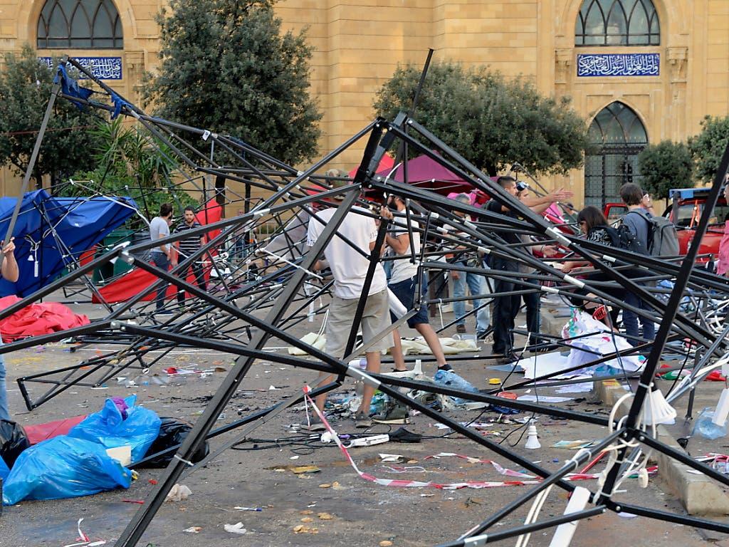 Von Hisbollah-Anhänger zerstörte Zelte in einem Protestcamp in Beirut. (Bild: KEYSTONE/EPA/WAEL HAMZEH)