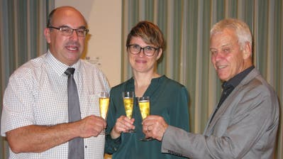 Rolf Zimmermann, Angelika Schweizer und Hans Bodenmann stossen auf den Zusammenschluss ihrer drei evangelischen Kirchgemeinden an. (Bild: PD)
