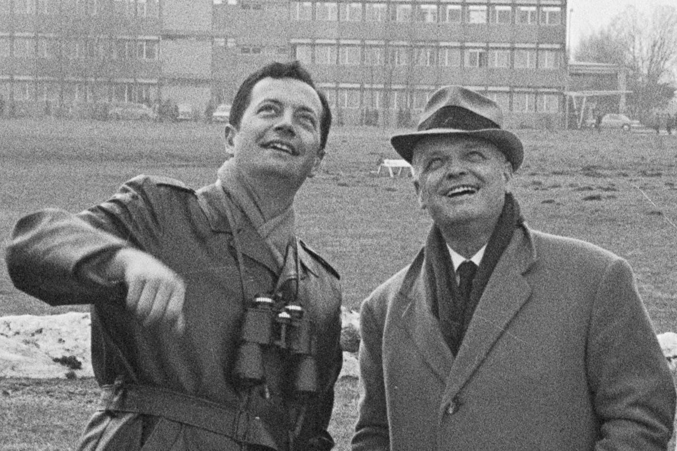 FFA-Patron Claudio Caroni (rechts) und sein designierter Nachfolger Hans Eisenring beobachten den Erstflug der AS 202 Bravo, 1969. (Bild: Staatsarchiv St.Gallen, W 241/5-069110-6.2)