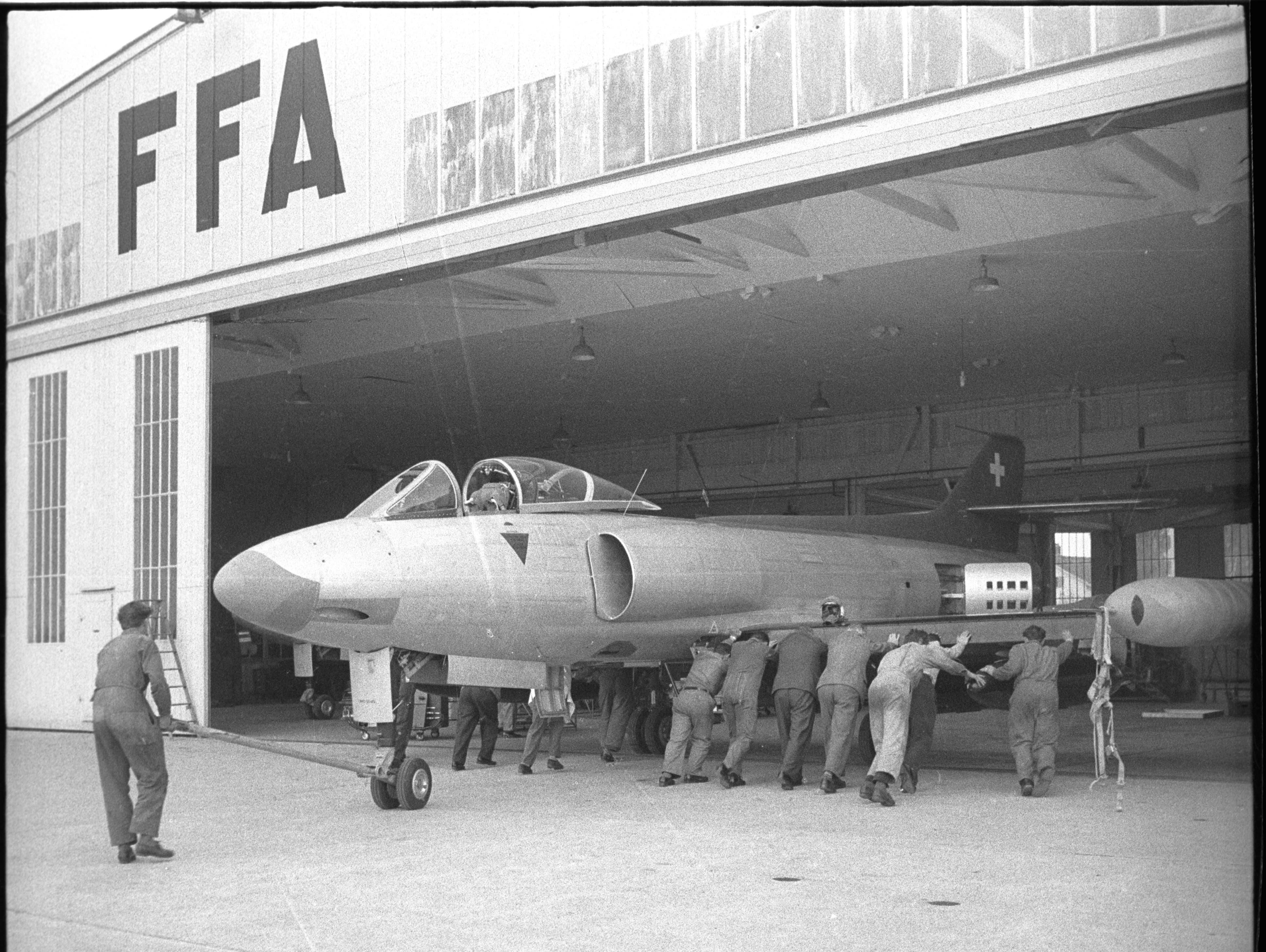 Der ganze Stolz der FFA: Der Kampfjet P-16 mit Bodenpersonal, 1960. (Bild: Staatsarchiv St.Gallen, W 241/5-010083.3)