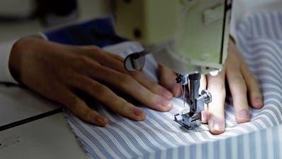 Die Lohnsituation vieler Arbeiterinnen, die für grosse Modeketten Kleider nähen, bleibt prekär. (Symbolbild: Kiyoshi Ota/Bloomberg)