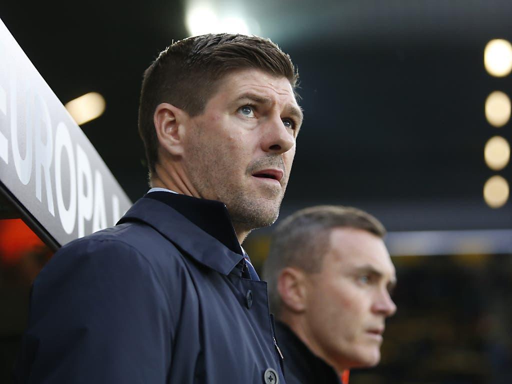 Der prominente Rangers-Coach Steven Gerrard verfolgt das Geschehen im Stade de Suisse (Bild: KEYSTONE/PETER KLAUNZER)