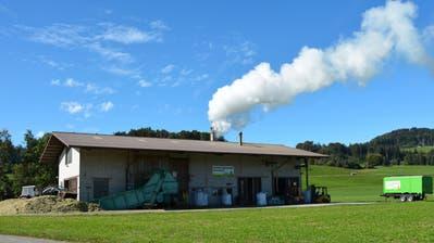 Die Bazenheider Grastrocknungsanlage steht seit dem Jahre 1965 im Bräägg. Vorher befand sie sich mitten im Dorf. Ein Grossbrand hat das damalige Betriebsgebäude vollständig zerstört. (Bild: Beat Lanzendorfer)