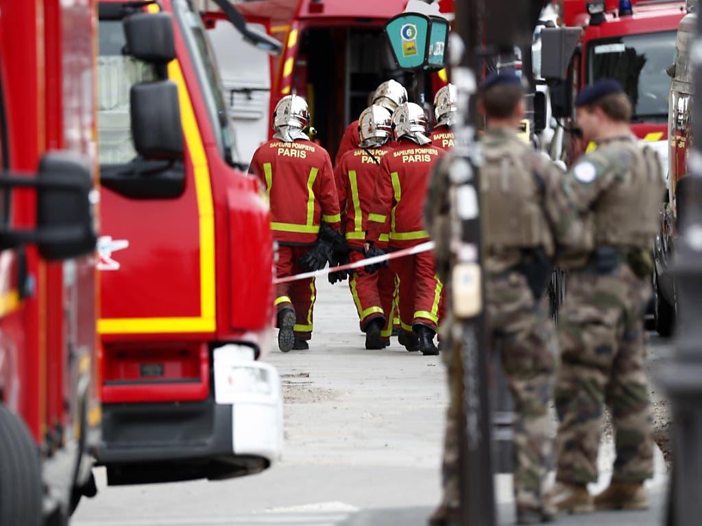Weiträumige Abriegelung nach dem Tod von vier Polizisten im Hauptquartier der nationalen Polizei in Paris. (Bild: KEYSTONE/EPA/IAN LANGSDON)