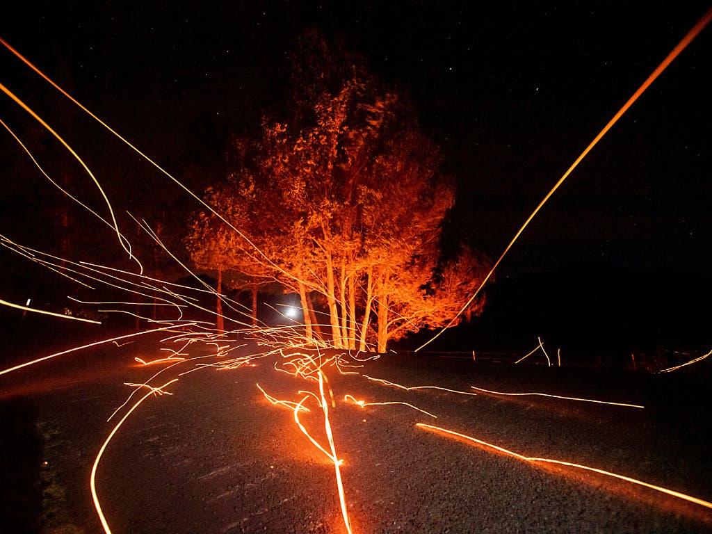 Starke Winde blasen Brandglut über eine Strasse in Calistoga, 120 Kilometer nördlich von San Francisco. (Bild vom 29. Oktober) (Bild: KEYSTONE/FR34727 AP/NOAH BERGER)