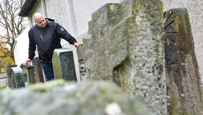 Hinter der Kirche, wo nicht oft Besucher hinkommen, stehen Grabsteine von bekannteren Frauenfeldern, die seit langem tot sind. Markus Marghitola, Leiter Abteilung Friedhof und Stadtgärtnerei, nimmt sie unter die Lupe. (Bild: Donato Caspari)