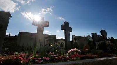 Friedhof Kirche St. Martin Baar: Die Familiengräber auf dem Friedhof sind teilweise sehr alt und stehen unter Denkmalschutz.-------(Bild: Stefan Kaiser, Baar, 19. März 2019)