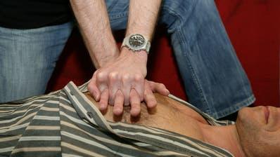Bei einem Herz-Kreislauf-Stillstand zählt jede Minute. (Symbolbild: Chris Iseli)