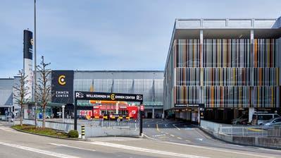 Haupteingang mit Parkhaus ins Emmen-Center (Emmencenter) in Emmenbrücke