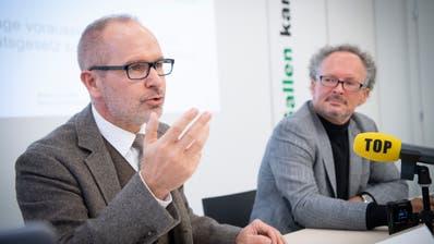 Regierungsrat Stefan Kölliker (l.) und Prorektor Dr. Prof. Peter Leibfried informieren an der Medienkonferenz. (Bild: Ralph Ribi)