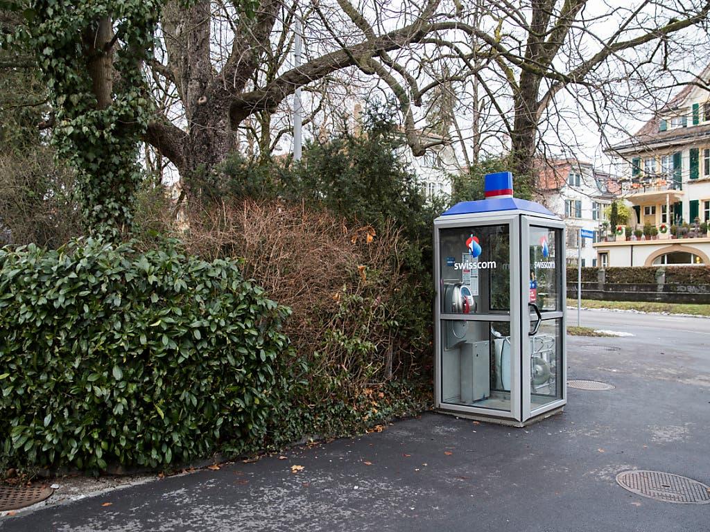 An jeder Ecke des Landes: Eine Telefonkabine im Länggassquartier in Bern. (Bild: KEYSTONE/PETER KLAUNZER)