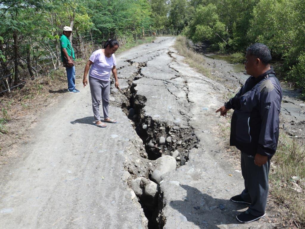 Ein Erdbeben im Süden der Philippinen sorgte bereits am Dienstag für Risse in Strassen. Mindestens sechs Menschen starben. (Bild: KEYSTONE/EPA/CERILO EBRANO)