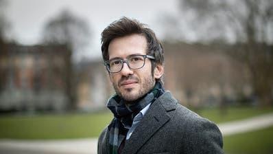 Lukas Linder wollte seinen Debüt-Roman schreiben, wenn er alt ist - zum Glück kam es anders. (Bild: Dominique Meienberg)
