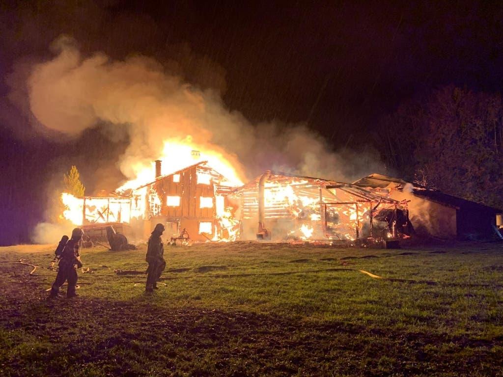 Ein Wohnhaus und ein Stall in Grüsch GR brannten nieder. (Bild: Kapo GR)