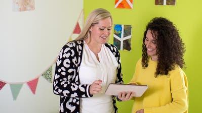 Sie leiten die «KiTa nano» in Baar: Stefanie Grunder (links) und Vanessa Perroncellosetzen auf Digitalisierung. Via App auf dem Tablet werden die Informationen über ihre Schützlinge erfasst. (Bild: Maria Schmid, Baar, 24. Oktober 2019)