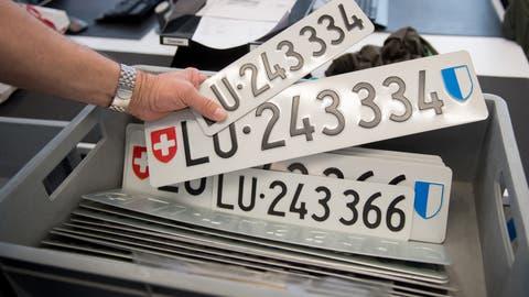 Kontrollschilder sind beim Strassenverkehrsamt gelagert. (Symbolbild: Boris Bürgisser, Luzern, 28. März 2019)