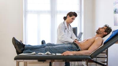 Ostschweizer gehen seltener zum Arzt als Tessiner oder Westschweizer. (Bild: Keystone)