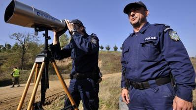 Zwei Mitarbeiter der Frontex halten Ausschau nach Flüchtlingen. (Bild: Nikolas Giakoumidis / AP)