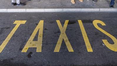 Wartende an einem Taxistand. (Bild: Keystone)