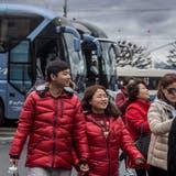 Touristen steigen am Schwanenplatz Luzern aus dem Car. (Bild: Nadia Schärli, 15. März 2019)