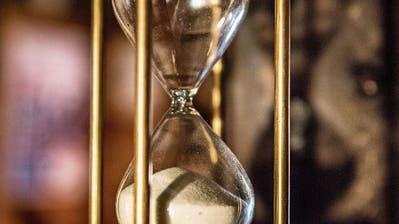 Wie in einer Sanduhr zerrinnt die Zeit des Wiler Parlaments. Anstatt Sand sammeln sich immer mehr unerledigte Geschäfte an. Bild: Andrea Stalder