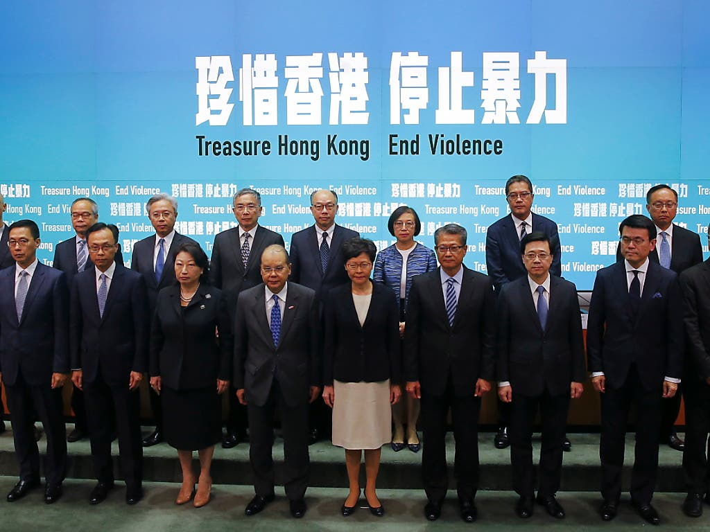 Hongkongs Regierungschefin Carrie Lam trat mit ihrem ganzen Kabinett vor die Medien, um Geschlossenheit zu demonstrieren. (Bild: KEYSTONE/EPA/FAZRY ISMAIL)