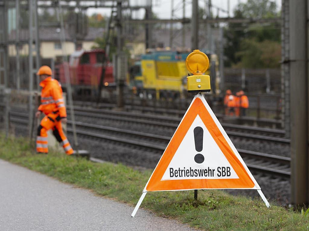 Neubaustrecke wegen Ölaustritt gesperrt: Mitarbeitende der SBB im Einsatz in Zollikofen. (Bild: KEYSTONE/PETER KLAUNZER)