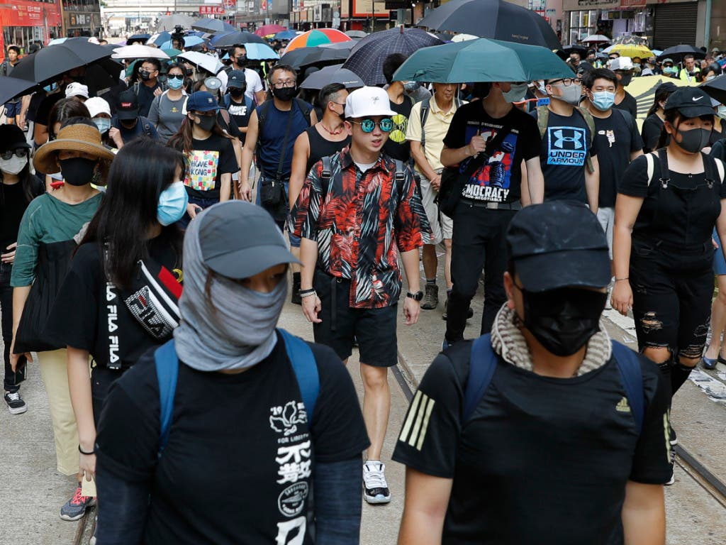 Hunderte meist maskierte Demonstranten haben am Samstag in Hongkong dem neu erlassenen Vermummungsverbot getrotzt. (Bild: KEYSTONE/AP/VINCENT THIAN)