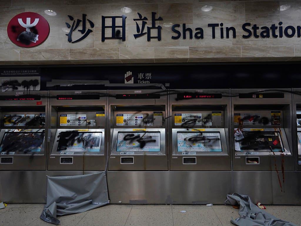 In Hongkong ist der U-Bahn-Verkehr eingestellt worden - die Proteste hatten am Freitag zu Beschädigungen an den Anlagen geführt. (Bild: KEYSTONE/AP/VINCENT YU)