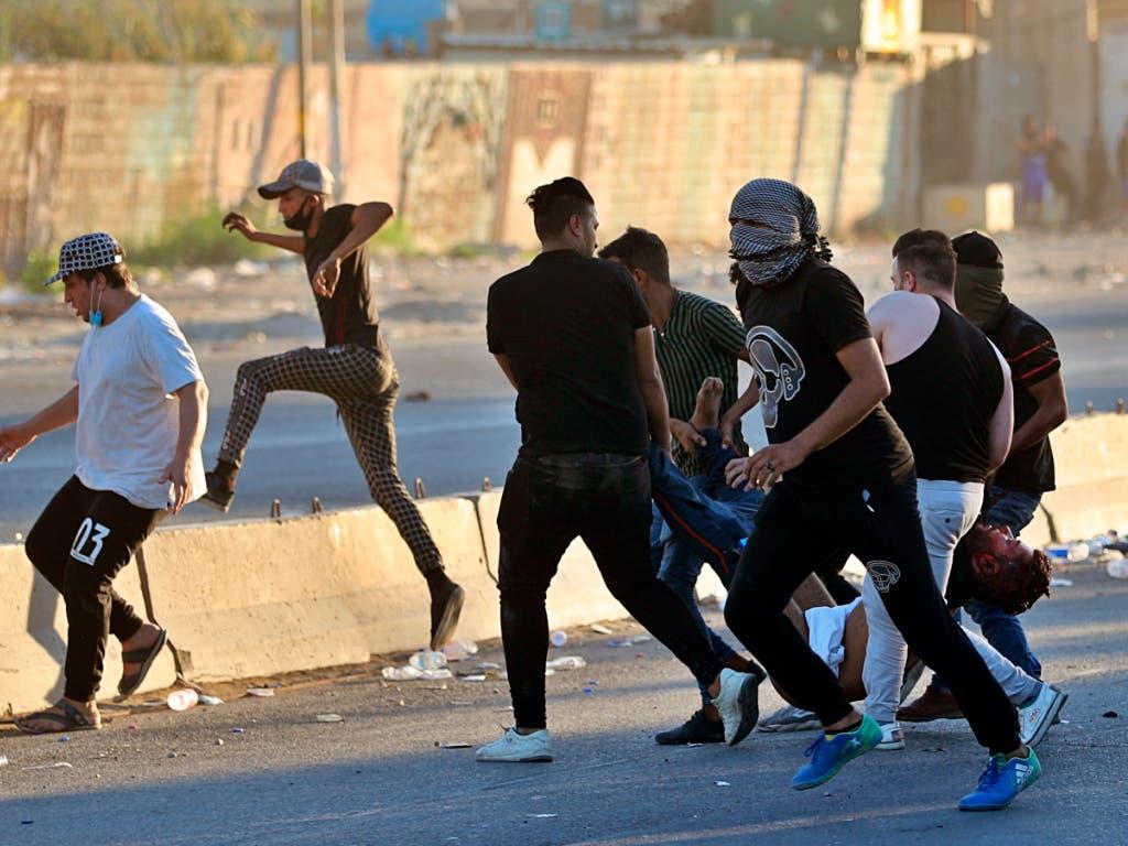 Ein Verletzter wird zu einem Spital getragen. (Bild vom 4. Oktober). (Bild: KEYSTONE/AP/KHALID MOHAMMED)