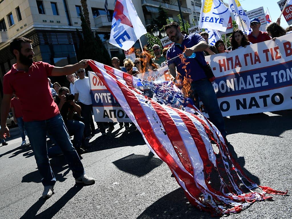 Tausende Demonstranten forderten Pompeo auf, Griechenland zu verlassen. Sie sind gegen die militärische Kooperation ihres Landes mit den USA. (Bild: KEYSTONE/AP/MICHAEL VARAKLAS)